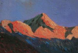 朝阳照耀下的山峰